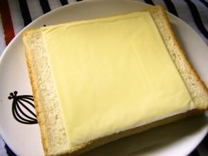 大きいとろけるスライスをのせた食パン